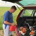 préparation du matériel pour le nettoyage des chemins